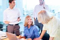 Geschäftsleute Geschäftsfrau Geschäftsmann Besprechung Meeting