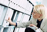 Geschäftsfrau Ordner Aktenordner Regal Ablage suchen