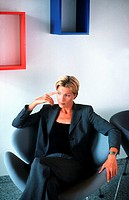 Geschaeftsfrau in Sessel | Businesswoman in Easy Chair |  fully-released
