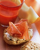 Roll with parma ham, cream cheese, melon, tomato juice (1)