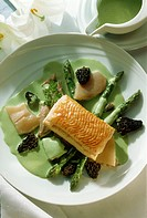 Calf´s head with puff pastry, asparagus, morels & chervil sauce