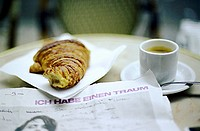 Croissant, Tasse Kaffee und Zeitung | Croissant, Cup of Coffee and Newspaper |   fully-released