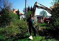 SG F, Freizeit, Hobby, Sport, Haus und Garten, Mann mit Schaufel bei der Gartenarbeit,  arbeitshose gärtner umgraben
