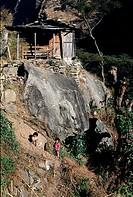 Geografie, Nepal, Landschaft, Hütte am Hang und kleine Kinder beim Spielen,