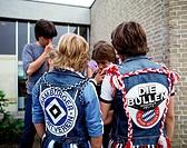 Menschen hist, Jugendliche, 70er Jahre, Gruppe von Jungen mit Jeanswesten mit Aufnähern,  jeans jeansweste weste aufnäher fan fußball fußballfans fcb ...