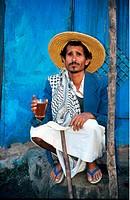 Geo., Jemen, Menschen, Mann beim Tee trinken,   naher osten jemenit ganzfigur strohhut badeschlappen