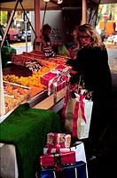 Menschen, einkaufen, Frau beladen mit Weihnachtsgeschenken, Bei Verwendung f. Werbung Rücksprache!!! Foto: Kanicki geschenk weihnachten stress hektik ...