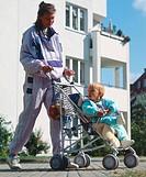 Menschen, Familie, Mutter mit Kind, junge Frau mit Junge (11 Monate) in Kinderwagen,  buggy