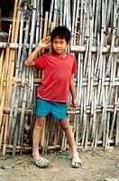 Menschen, Rassen, Kinder, Laos, kleiner Junge an Hütte lehnend, Ganzfigur, Dorf Bhana  hütte t shirt bub