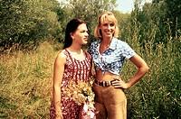 Film, ´die drei Mädels von der Tankstelle´ BRD 1997, Regie: Peter F. Bringmann, Szene mit: Franka Potente und Anya Hoffmann im wald, rotes kleid, lede...