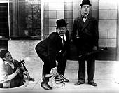 Film,´Dick und Doof´, USA 30er Jahre, Slapstick - Serie mit Stan Laurel und Oliver Hardy  instrumente, horn, klarinette, mann aus gulli kletternd, hut...