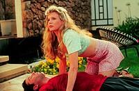 Film, ´Die blonde Versuchung´ (The Marrying Man), USA 1991, Regie: Jerry Rees, Szene mit Kim Basinger, Alec Baldwin  mann am boden liegend frau beugt ...