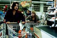 Film, ´Caipiranha´, BRD 1998, Regie: Felix Dünnemann, Szene mit: Christine Kaufmann & Katharina Thalbach,  in supermarkt an kasse stehend, wagen, eink...