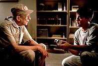 Film, ´Pleasantville´, USA 1998, Regie: Gary Ross, Szene mit: NIPs,   alter mann, junge, gespräch, unterhaltung, seitenaufnahme, jugendlicher, kappe,