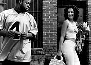 Film, ´Next Friday´, USA 2000, Regie Steve Carr, Szene mit Ice Cube / Lisa Rodriguez,  anlächelnd, frau hinterher sehend, blumenstrauß strauß blumen t...