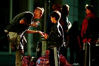 Film, ´Eine Handvoll Gras´, BRD/Iran 2000, Regie Roland Suso Richter,  Szene mit Arman Inci & NIP,  punk, punker, dose bier haltend, rauchend,  zigare...