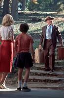 Film, ´Hearts of Atlantis´, USA 2001,  Regie Scott Hicks,  Szene mit NIPs, Anthony Hopkins  drama anzug hut koffer älterer mann