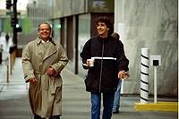Film, ´About Schmidt´, USA 2002, Regie Alexander Payne, Regisseur & Jack Nicholson während der Dreharbeiten,  drama trenchcoat, gehend, halbfigur, lac...