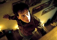 Film: ´Liegen lernen´, BRD 2003, Regie Hendrik Handloegten, Szene mit Fabian Busch  komödie mann treppe steigen steigend