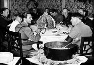 Hitler, Adolf  20.4.1889 - 30. 4.1945 deut. Politiker  (NSDAP) Führer & Reichskanzler seit 1933, mit  Joseph Goebbels u.a. beim Eintopf essen,  Propag...
