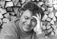 Polt, Gerhard, * 7.5.1942, dt. Kabarettist, Portrait, 1992   nach unten schauend, lachend