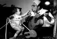 Bendix, Ralf, * 16.8.1924 Schlagersänger mit Baby ´Babysitter-Boogie´   Gitarre, Kindergitarre, Kind in Kinderlaufgestell sitzend  Laufgestell Kinders...