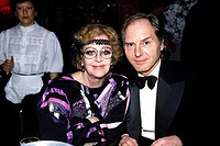 Knef, Hildegard  28.12.1925 - 01.02.2002, deut.  Schauspielerin, zusammen mit Ehemann Paul von Schell bei einer Veranstaltung, 90er Jahre am tisch sit...