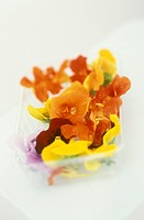Edible flowers in a plastic box (1)
