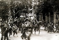 Children run alongside marching soldiers and cavalry