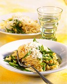 Spaghetti with green beans, kohlrabi and Parmesan