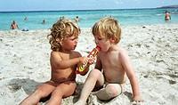 Junge und Mädchen essen Eis am Strand