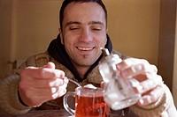 Zucker in den Tee