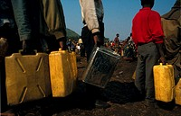 CHOLERA<BR>Photo essay.<BR>Cholera epidemic at Goma, in Rwanda. Distributing water.