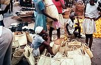 Geografie hist., Haiti, Handel, Frau beim Verkauf von geflochtenen Basttaschen, Markt in Port au Prince, 1968, basttasche strohtasche tasche port-au-p...
