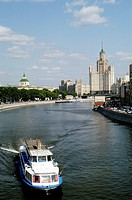 Geo., Russland, Moskau, Stadtansichten, Blick auf den Fluß Moskwa, Kotenitscheskaja Kai und ein Hochhaus im Stil Stalinscher Klassizismus,  Wohnhaus, ...