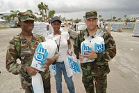 Hurricane Frances damage. Fairgrounds, National Guards and volunteer distribute free ice to victims. Southern Boulevard, West Palm Beach. Palm Beach C...