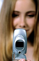 Junges Maedchen mit Handy , Young Girl with Cell Phone ,   fully-released