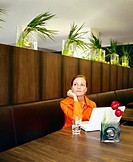Junge Frau mit Notebook - Hotel Cortina - Muenchen - Bayern - Deutschland , Young Woman with Notebook - Hotel Cortina - Munich - Bavaria - Germany ,  ...
