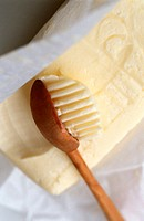 Butter with grooved wooden spoon (1)