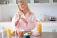 Woman preparing a healthy breakfast
