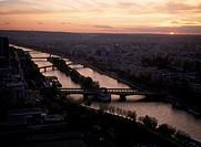 Paris, Blick vom Eiffelturm auf die Seine/ Abenddämmerung