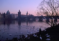Prag, Moldau-Ufer und Karlsbrücke/ Stadtansicht Dämmerung
