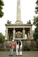 Three people looking at a monument (thumbnail)
