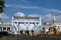 Brandenburg-Gate-under-Renovation-and-Wrapped-in-Trompe-l´Oeil-Tarp,-Berlin