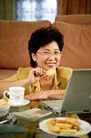 Woman using laptop (thumbnail)