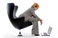 Businesswoman using laptop (thumbnail)