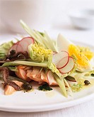 Salade niçoise with salmon, anchovies and capers