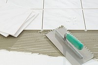 Laying tile with a notched trowel (thumbnail)