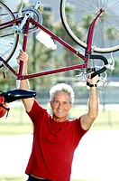 Man lifting up bicycle (thumbnail)