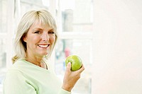 Woman holding a green apple